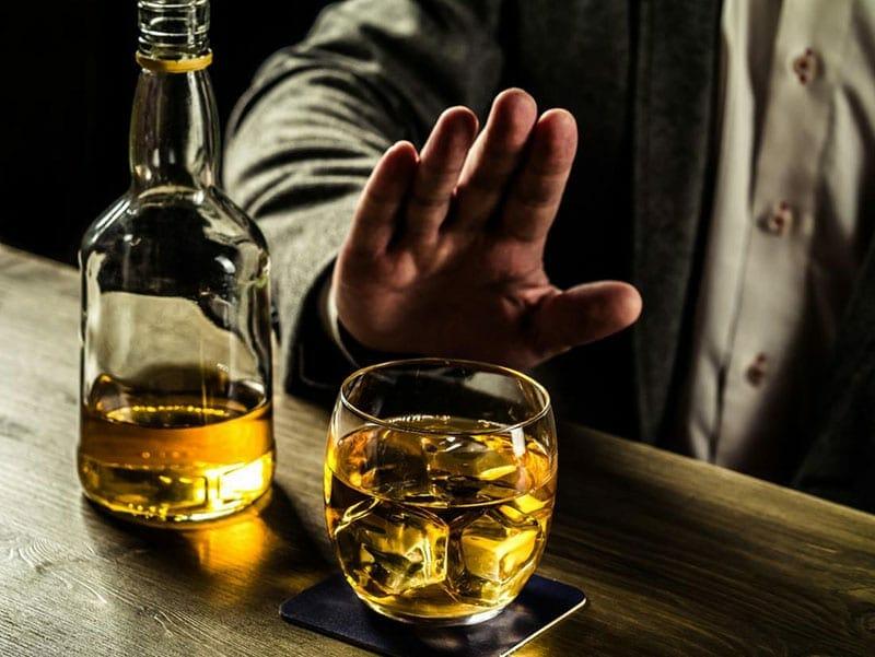 دراسة تكشف بارتباط شرب الكحول بتدهور صحة الدماغ من المهد إلى اللحد